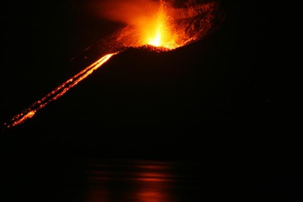 """Si le volcanisme intensif peut fortement changer le climat, il semble qu'il n'ait pas contribué à l'extinction des Néandertaliens. © """"Krakatoa eruption 2008"""" by Thomas.Schiet - Own work. Licensed under Public domain via Wikimedia Commons - http://commons.wikimedia.org/wiki/File:Krakatoa_eruption_2008.jpg#mediaviewer/File:Krakatoa_eruption_2008.jpg"""